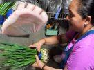 """ขาดทุนยับ! แม่ค้าผัก เจอ """"ต้นหอมย้อมสีเขียว"""" ล้างน้ำกลายเป็น """"ต้นหอมสีเหลือง"""""""